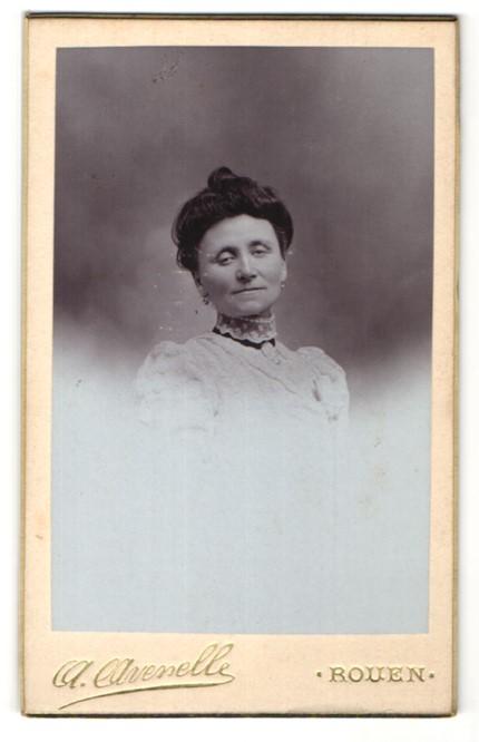 Fotografie A. Avenelle, Rouen, Portrait Dame mit zeitgenöss. Frisur