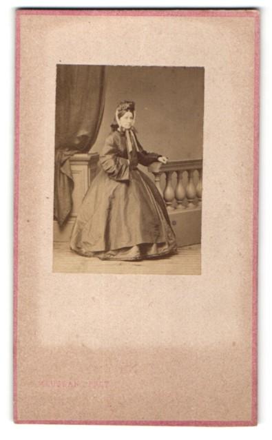 Fotografie Maujean, Paris, Portrait Dame in zeitgenöss. Kleidung