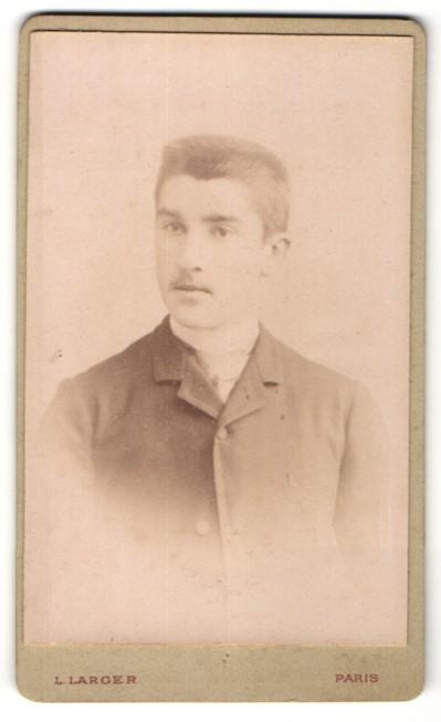 Fotografie L. Larger, Paris, Portrait junger Mann mit Bürstenhaarschnitt