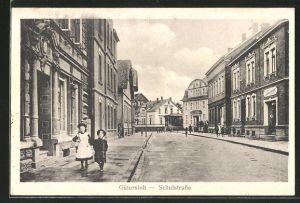 AK Gütersloh, Schulstrasse mit Passanten