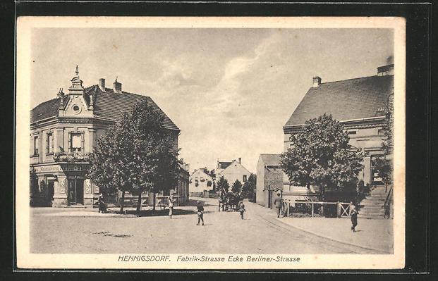 AK Hennigsdorf, Fabrik-Strasse Ecke Berliner-Strasse mit Passanten