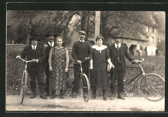 Foto-AK Männer mit Fahrrädern und Frauen