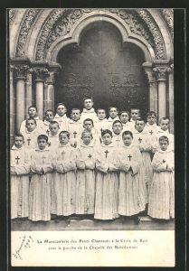 AK Auxerre, La Manecanterie des Petits Chanteurs a la Croix de Bois sous le porche de la Chapelle des Benedictines