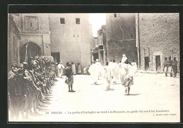 AK Figuig, Le pacha d'Oudaghir se rend à la Mosquée, sa garde lui rend les honneurs