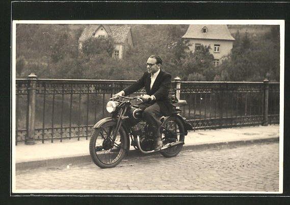 Foto-AK Fahrer auf seinem Triumph TWN Motorrad