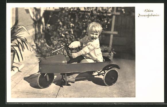 AK Kleine Damenfahrerin, Kind in Tretauto, Dreirad