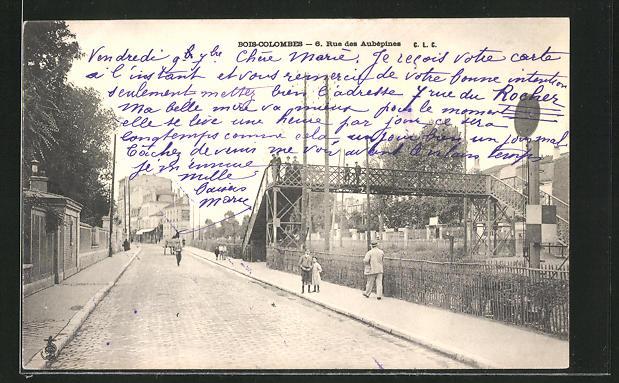 AK Bois-Colombes, Rue des Aubépines, Strassenpartie mit Fussgängerbrücke über die Gleise