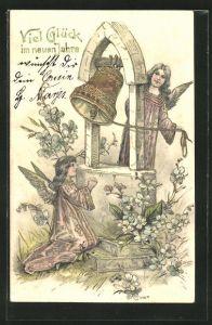 Präge-AK Neujahrsengel beim Beten und Glocke läuten mit Goldverzierungen
