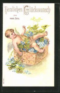 Präge-AK Neujahrsengel liegt in einem Korb mit Vergissmeinnicht und Kleeblättern