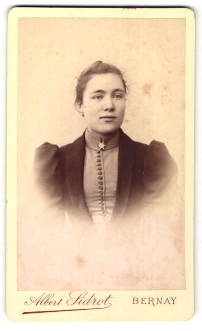 Fotografie Albert Sidrot, Bernay, Portrait junge Frau mit zusammengebundenem Haar