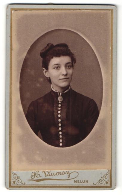 Fotografie H. Vauvray, Melun, Portrait junge Dame mit zusammengebundenem Haar