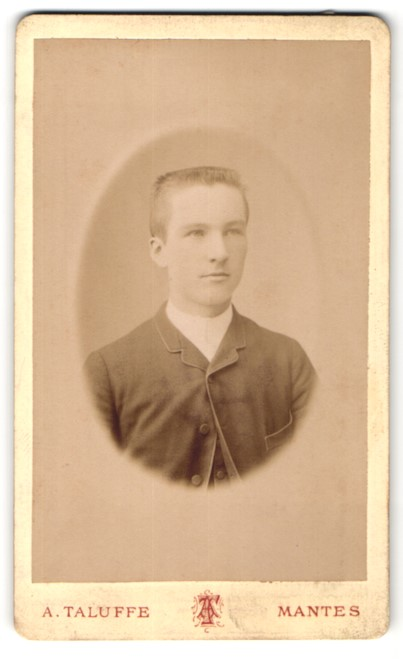 Fotografie A. Taluffe, Mantes, Portrait halbwüchsiger Knabe mit Bürstenhaarschnitt