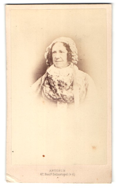 Fotografie Antonin, Paris, Portrait Dame mit zeitgenöss. Kopfbedeckung