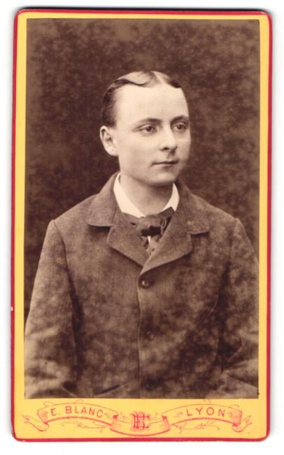 Fotografie E. Blanc, Lyon, Portrait halbwüchsiger Knabe mit Mittelscheitel