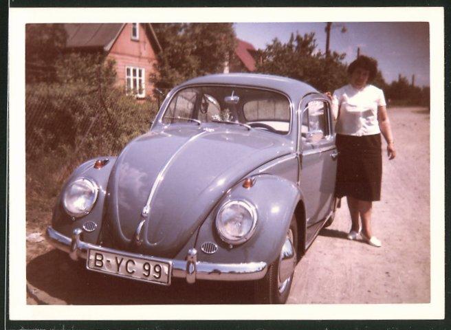 Fotografie Auto VW Käfer, Hausfrau neben lila Volkswagen PKW