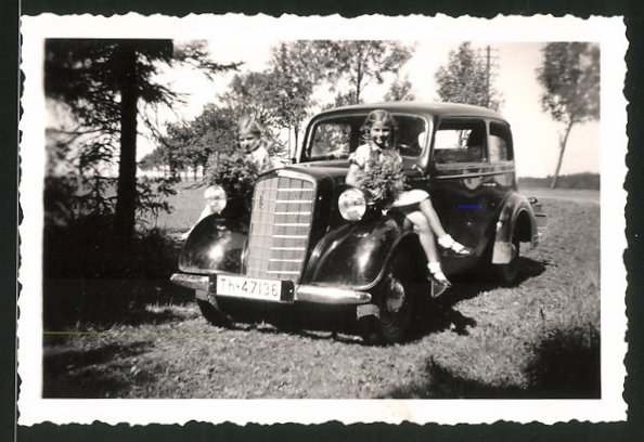 Fotografie Auto Opel 6, Mädchen auf Kotflügel sitzend, Kfz-Kennzeichen: Th-47136