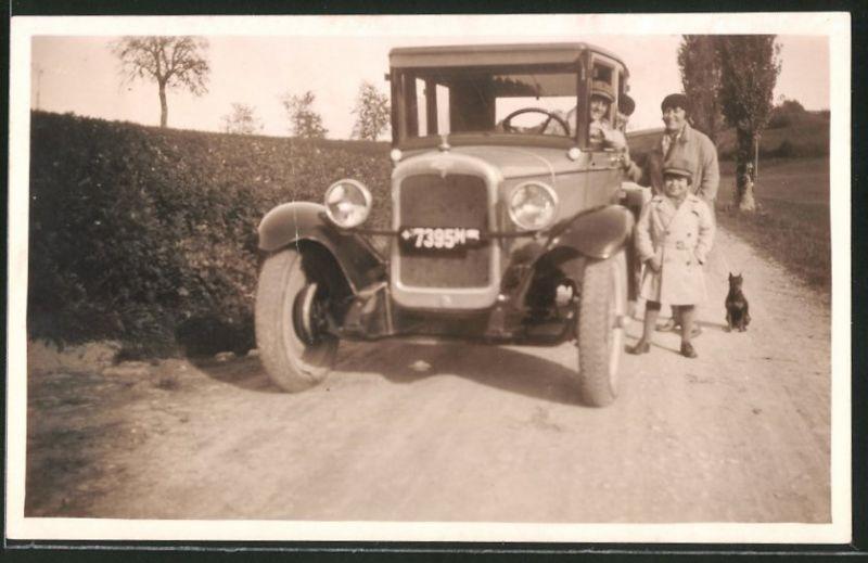 Fotografie Auto Chevrolet, Familie mit Hund während einer Ausfahrt