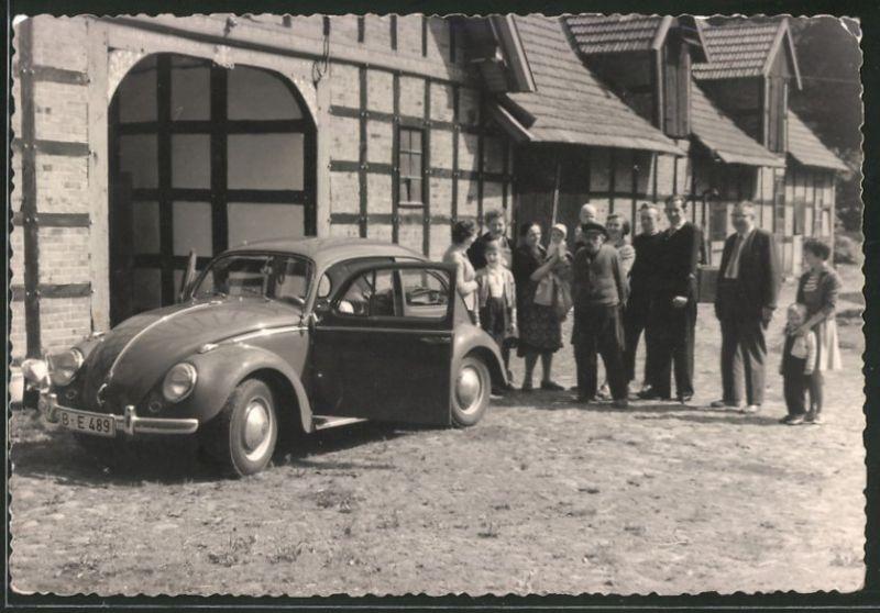 Fotografie Auto VW Käfer, Volkswagen PKW auf einem Bauernhof