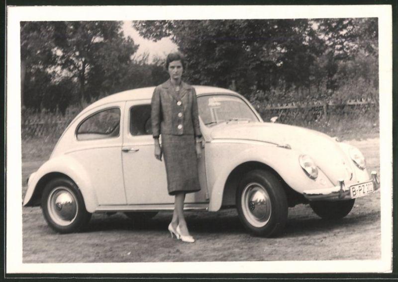 Fotografie Auto VW Käfer, Hausfrau posiert neben weissen Volkswagen PKW