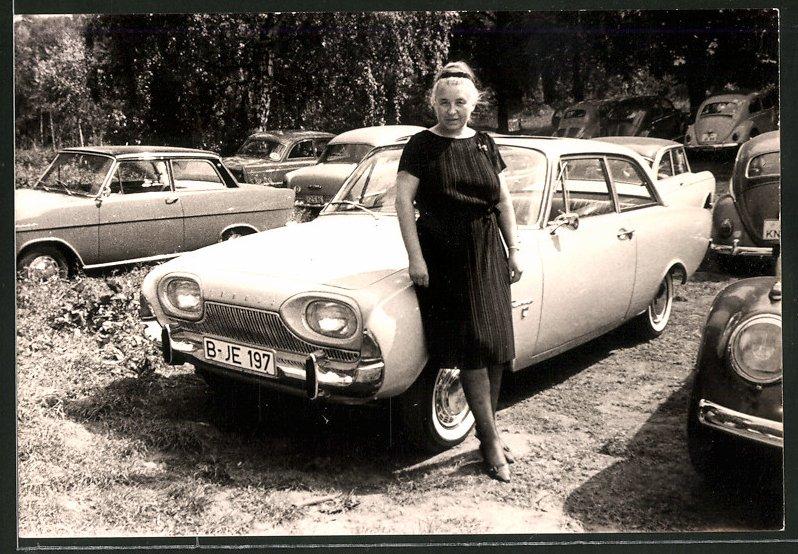 Fotografie Auto Ford Taunus, Hausfrau lehnt am PKW