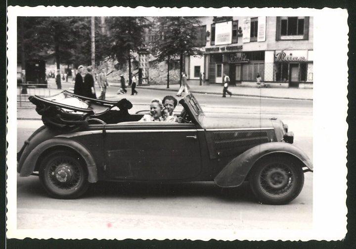 Fotografie Auto DKW Cabrio, Paar mit Pudel-Hund während einer Ausfahrt