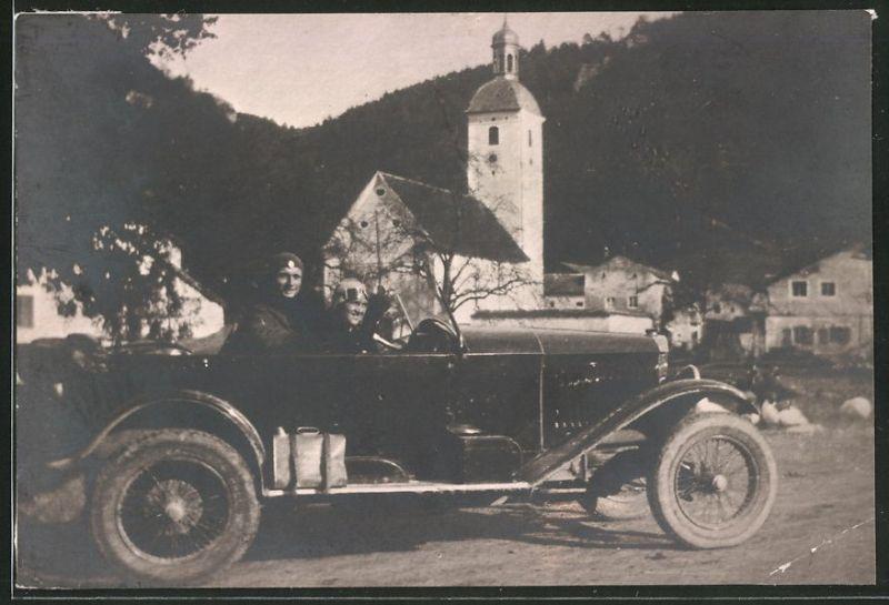Fotografie Auto Cabrio, Paar mit Haube & Schutzbrille während einer Ausfahrt