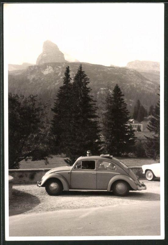 Fotografie Auto VW Käfer, Volkswagen PKW mit Faltdach vor Gebirgsformation