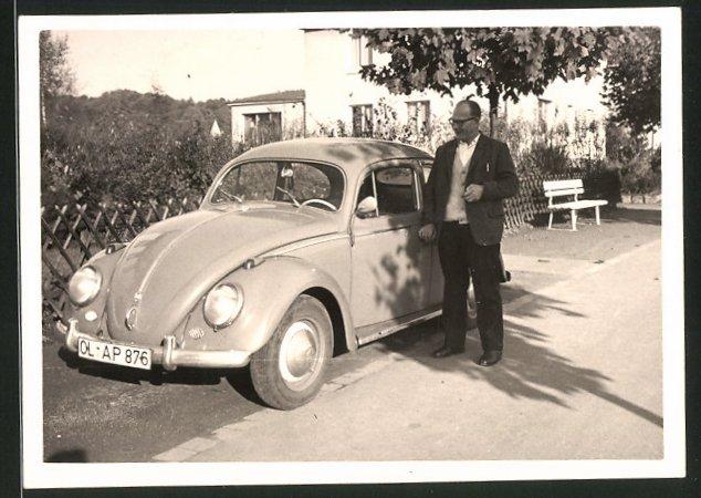 Fotografie Auto VW Käfer, stolzer Fahrer neben Volkswagen PKW