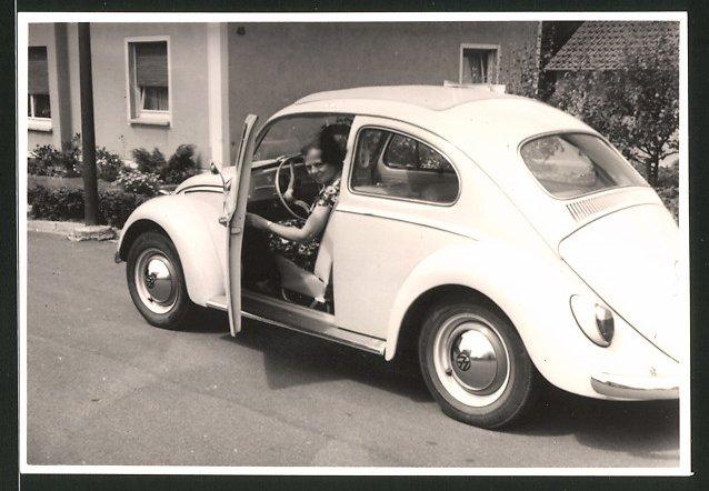 Fotografie Auto VW Käfer, Hausfrau sitzt im Volkswagen PKW mit Faltdach