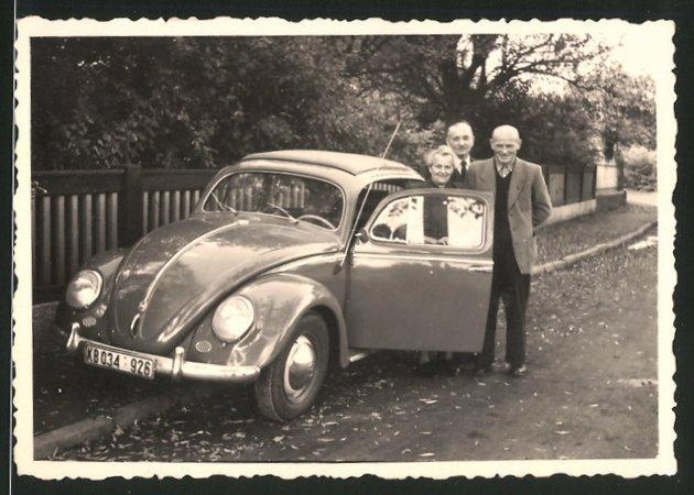 Fotografie Auto VW Käfer, betagte Leute neben Volkswagen PKW mit Faltdach