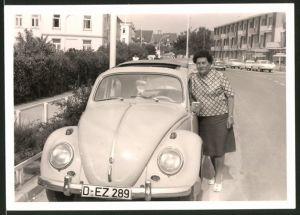 Fotografie Auto VW Käfer, Hausfrau lehnt am Volkswagen PKW mit Faltdach