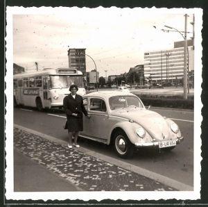 Fotografie Auto VW Käfer, Hausfrau neben Volkswagen PKW in Berlin