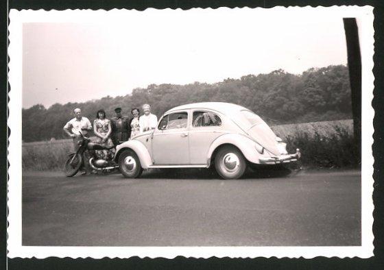 Fotografie Auto VW Käfer, Paare & Motorradfahrer während einer Ausfahrt