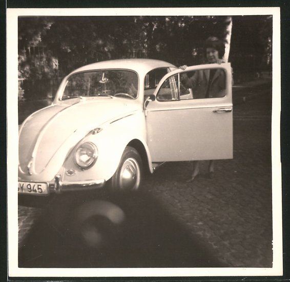 Fotografie Auto VW Käfer, Hausfrau posiert am Volkswagen PKW