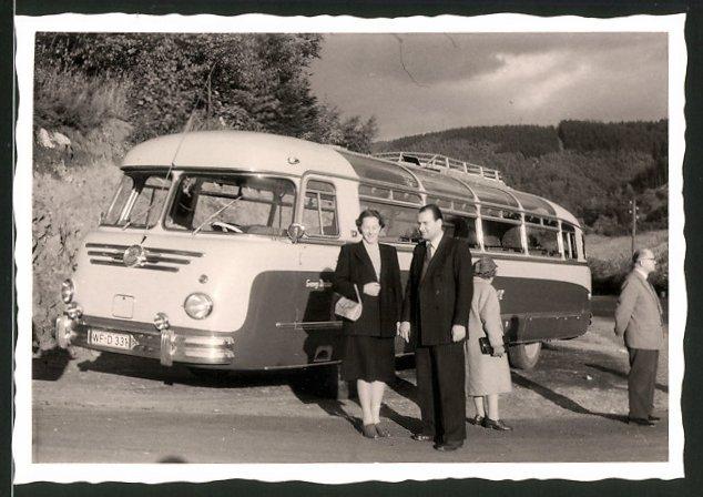 Fotografie Bus, Omnibus, Reisebus, Fahrgäste neben dem Bus