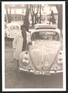Fotografie Auto VW Käfer, Hausfrau neben Volkswagen PKW mit Faltdach