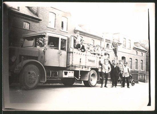 Fotografie Lastwagen Krupp, LKW der Reichspost vor einem Postamt