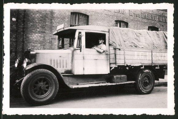 Fotografie Lastwagen, LKW-Pritsche auf einem Fabrikgelände