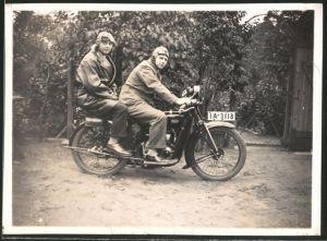 Fotografie Motorrad DKW, Männer mit Haube & Schutzbrille auf Krad sitzend, Kennzeichen: IA-3118