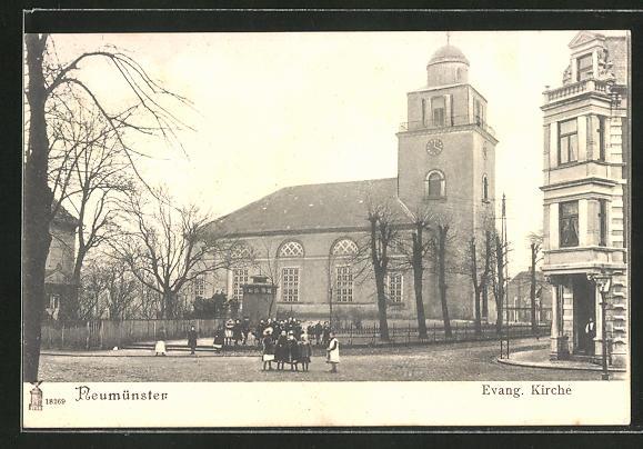 AK Neumünster, Strassenpartie an der Evang. Kirche