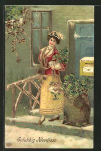 Präge-AK Briefträgerin mit Kleeblättern lächelt freundlich, Goldverzierung