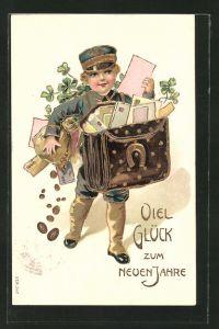 Präge-AK Kleiner Briefträger trägt seine vollbepackte Tasche