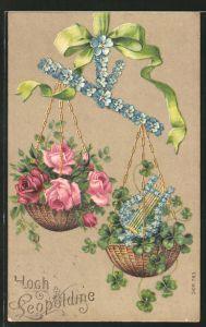 Präge-AK Waage aus Vergissmeinnicht wiegt Schalen mit Rosen und Kleeblättern, Blumenbild