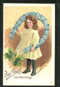 Präge-AK Mädchen mit einem Hufeisen aus Vergissmeinnicht und Kleeblättern, Blumenbild