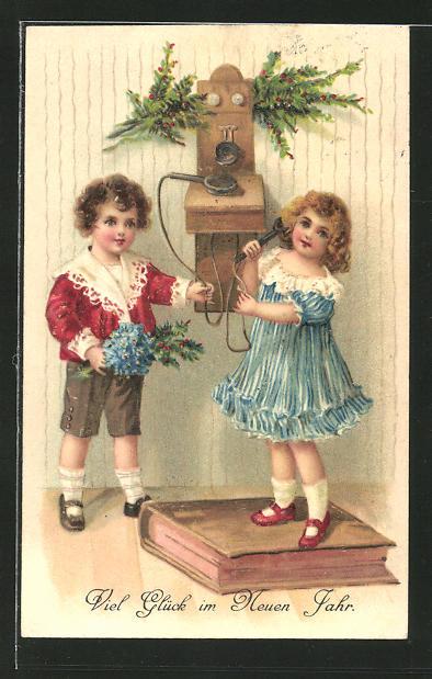 AK Kinder stehen am Neujahrsmorgen am Telefon