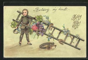 Präge-AK kleiner Schornsteinfeger mit grosser Leiter, Hufeisen und Blumen mit Goldverzierungen