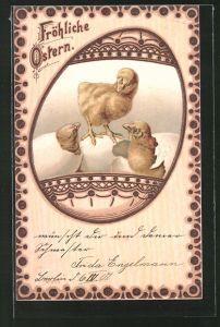 Holzbrand-Imitations-AK schlüpfende Osterküken in einem Ei