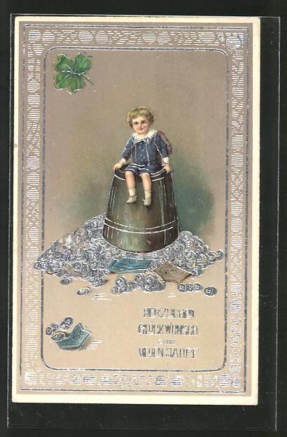 AK Knabe sitzt auf einem Becher mit Geld mit Silberverzierungen