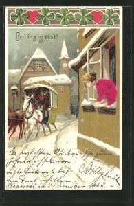 Stoff-Präge-AK Junge Dame beobachtet die Postkutsche, die durch den Ort fährt, Neujahrsgrüsse