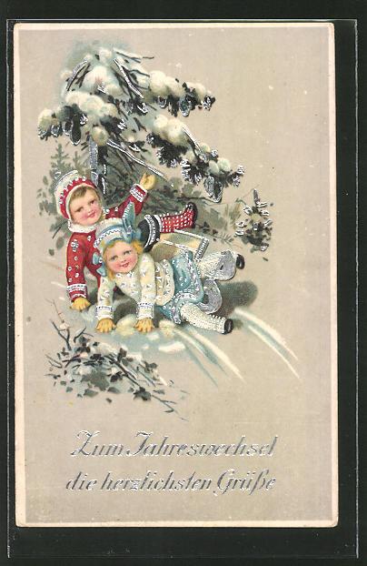 AK Kinder auf ihrem Schlitten rodeln am Tannenbaum vorbei